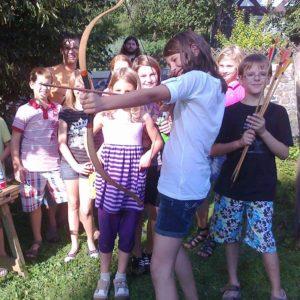 Foto Kinder beim Bogen schießen