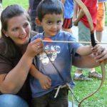 Foto Mama und Sohn beim Bogen schießen