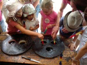 Foto Kinder beim Kerzen machen, ziehen und gestalten