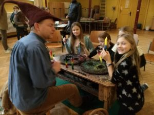Foto Kerzenzieher Kobold Mike in einer Schule mit Schülern
