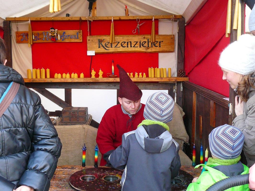 Foto Kerzenzieherstand im Winter auf einem Weihnachtsmarkt