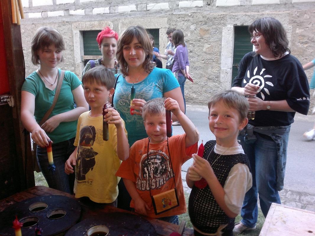 Foto Kinder und Jungendliche beim Kerzen ziehen und Kerzen gestalten
