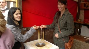 Foto zwei Freundinin beim geselligen gemeinsamen Kerzen ziehen