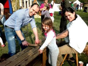 Familie beim Hufeisen sauber machen