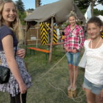 drei Mädchen beim spielen mit einem Seil, Geschicklichkeitsseilziehen im Vogtland