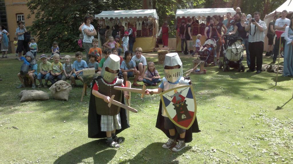 kleiner Ritterkampf mit Zuschauer auf einer Wiese