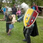 zwei kleine Ritter mit Helm, Schwert und Schild