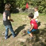 Kinder spielen Hufeisen werfen