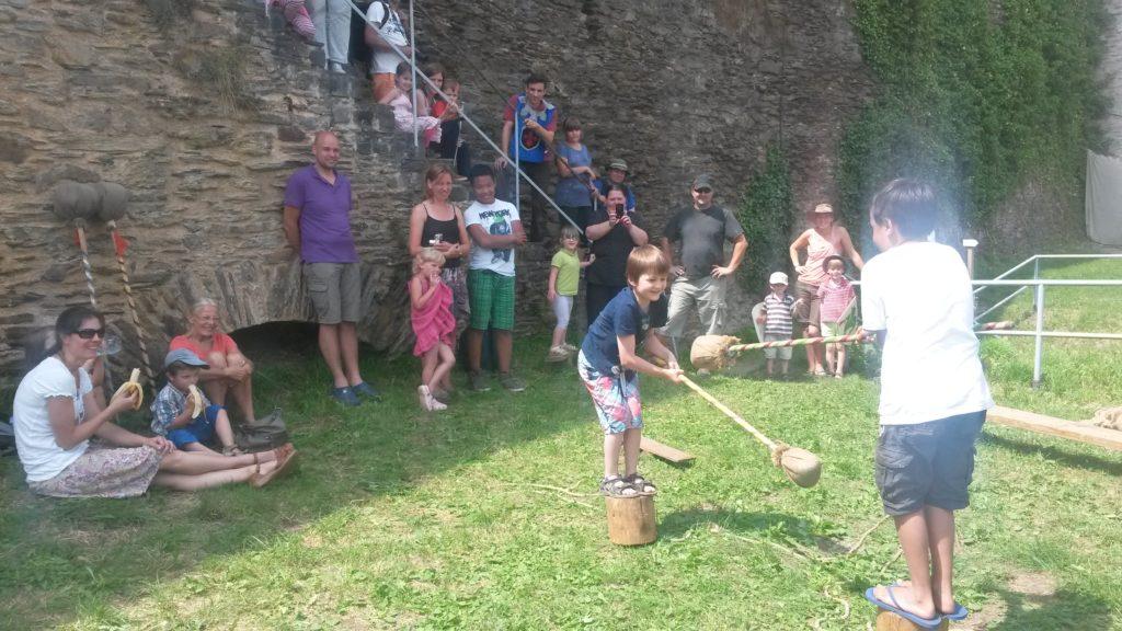 Spiel Stumpfe Stumpfe auf Burg Rheinfels, auf einem Klotz
