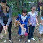 hier wird Filzballfange gespielt, traditionelles Spiel