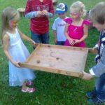 ein Spiel für kleine Kinder, Lochbrettspiel, Lochkugelspiel