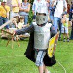 kleiner Ritter im Kampf mit Schwert, Rüstung und Schild
