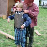 beim Rüstung anlegen kurz vor dem Ritterkampf