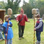 Ritterspiel Stumpfe Stumpe auf einer Wiese zu einem Mittelaltermarkt