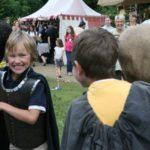 zwei Jungen beim Stumpfe Stumpfe spielen auf einem Mittelalterfest