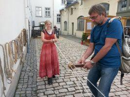 Elisa beim Seil machen